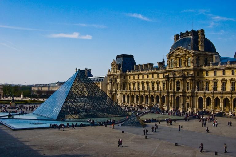 Louvre by Paulo Horta